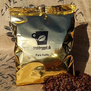 """Fars Kaffe 500g. <h2>Den traditionelle kop kaffe laves af formalet kaffe i filter</h2> Som den eneste kaffevariant laves filterkaffe ved at vandet får tid til løbe igennem filteret med formalet kaffe. Bryggemetoden giver vandet tid til at trække smagen ud af kaffen og dermed udvikle den intense kaffesmag. Vi har flere kaffevarianter og smagsnuancer af formalet kaffe. - tag os gerne med på råd i dit valg af kaffe. <h5><span style=""""color: #ffffff"""">Malet kaffe til kaffemaskine med filter</span></h5>"""