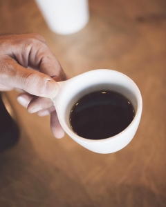 kaffekop i hånd